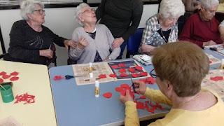 Usuàries d'Aviparc fent flors al taller de manualitats