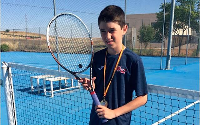 Angel Sanchez, tenista illescano, clasificado para el campeonato de España. IMAGEN ILLESCAS COMUNICACIÓN