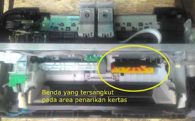 Melepas Benda tersangkut dan mengganjal cara mengatasi Printer Canon IP2770 Lampu Kuning Berkedip 3x