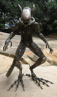 Escultura con metal reciclado de Alien el octavo pasajero