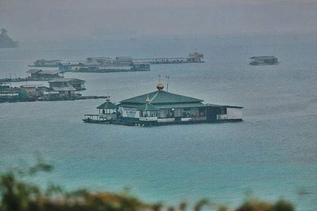 Ayo Solat Masjid Apung di Pantai Sari Ringgung