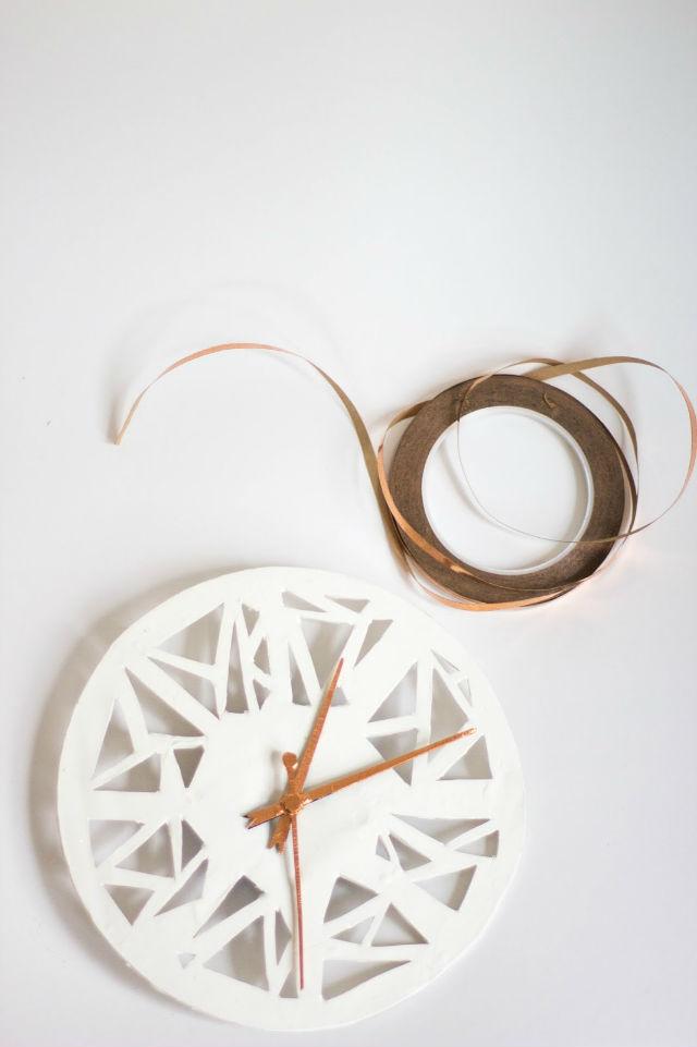 reloj geométrico diy con arcilla y cinta de cobre