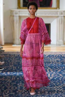 Immagine di modella che sfila con look rosso e rosa