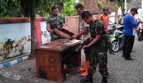 Petugas gabungan bersama masyarakat saat menyalamat barang milik Desa