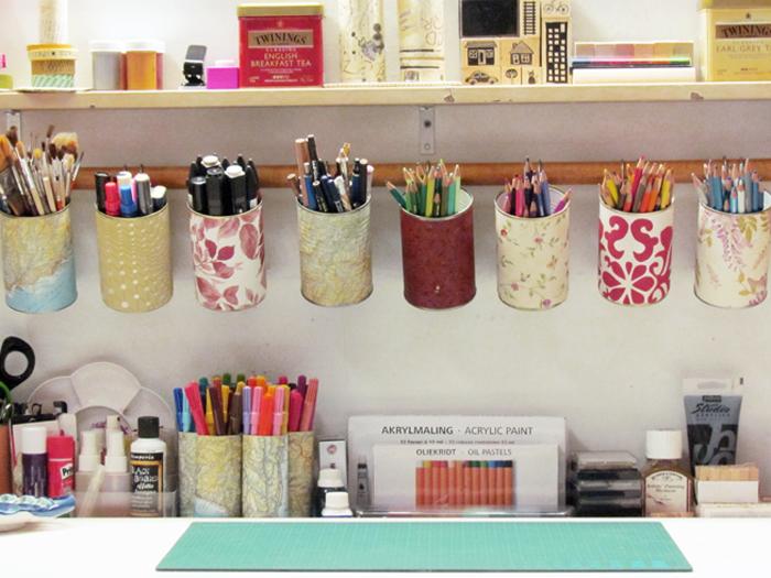 tavolo con pennarelli e colori