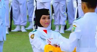 Cut Aura, Siswa Asal Aceh Jadi Pembawa Baki di Upacara Penurunan Bendera Merah Putih