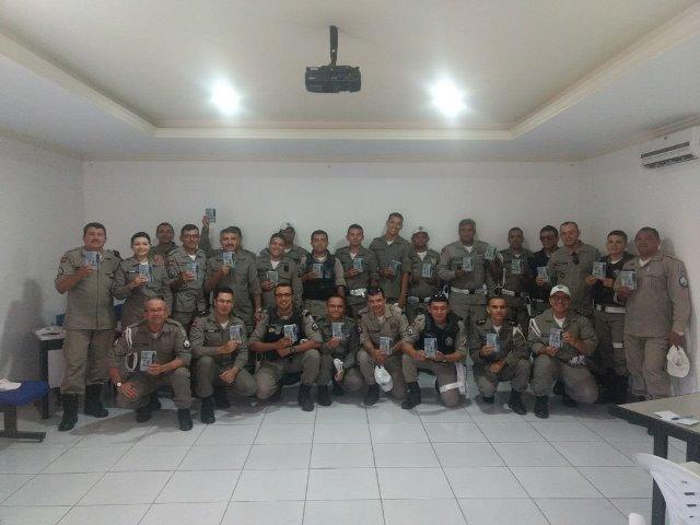 Capitão Leonides presenteia os policias da 4ª CPTRAN com o novo CTB
