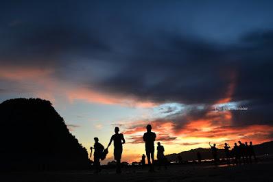 Berburu sunset di Pantai Pulau Merah Banyuwangi