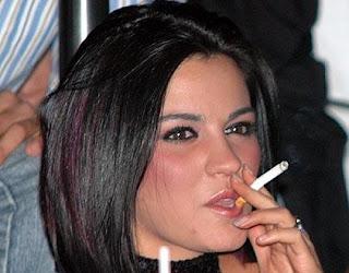 La mujer fumadora presenta mucho más riesgo de sufrir un ataque cardíaco que el hombre adicto al tabaco. Esto asegura un informe que engloba 30 años de investigaciones. Un estudio de 2,4 millones de personas, publicado en la revistas científica británica The Lancet, muestra una diferencia de un 25% en el aumento del riesgo. Los investigadores afirman que las razones no están claras. La institución británica dedicada a la salud cardíaca British Heart Foundation dice que los hallazgos son «alarmantes», especialmente dado que las mujeres tienden a fumar menos cigarrillos. La Organización Mundial de la Salud cataloga las enfermedades cardíacas