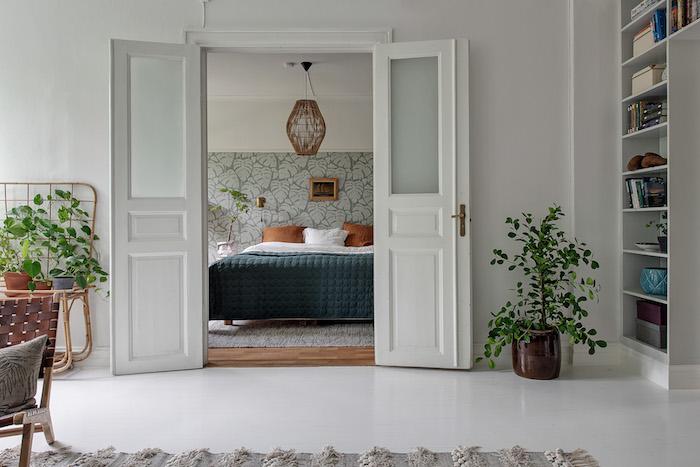Dormitorio con acceso al salón a través de puertas antiguas pintadas