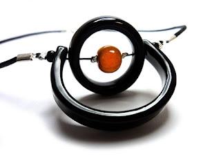 collier contemporain et chic orange avec anneaux noirs articulés en céramique émaillée