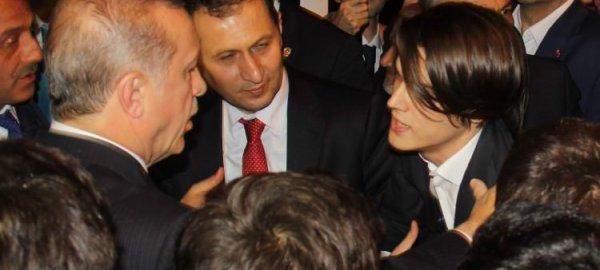 """شاب يسأل """"أردوغان"""" أن يطلب له يد الفتاة التي يحبها من أهلها ..شاهد ردة فعل أوردغان"""