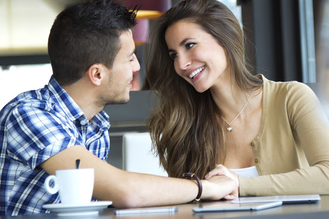 10 طُرق تعرف بها أنك أكثر من مجرد صديق لها
