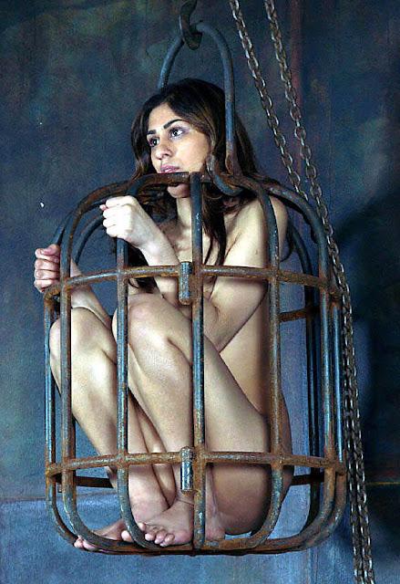 Nue cave cage prison esclave prison prisonniers pirate barbaresque Espagne noblesse bdsm bondage nudiite forcée pieds nus humiliation