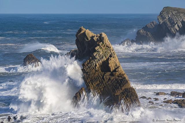 Mar batiendo contra los Urros de Liencres, Costa Quebrada - Cantabria por El Guisante Verde Project