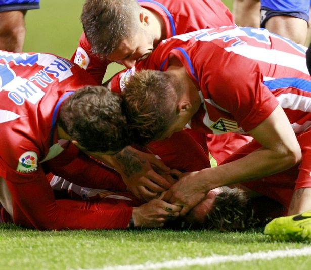 Torres gặp chấn thương xém gãy cổ