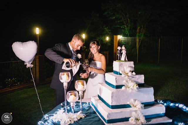 Allestimento tavolo torta nuziale candele e fiocchi