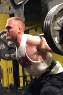 Jovem morre após levantar barra com 140 kg em academia e sofrer acidente