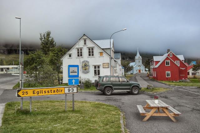 Casas na névoa em Seydisfjordur, na Islândia