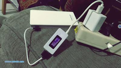 Mengisi Powerbank Delcell Eco sembari dipantau dengan alat KCX-017