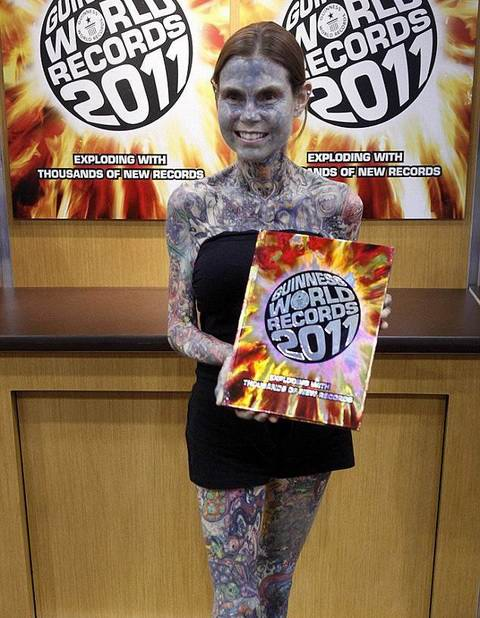 foto 1 de julia gnuse, la mujer más tatuada del mundo