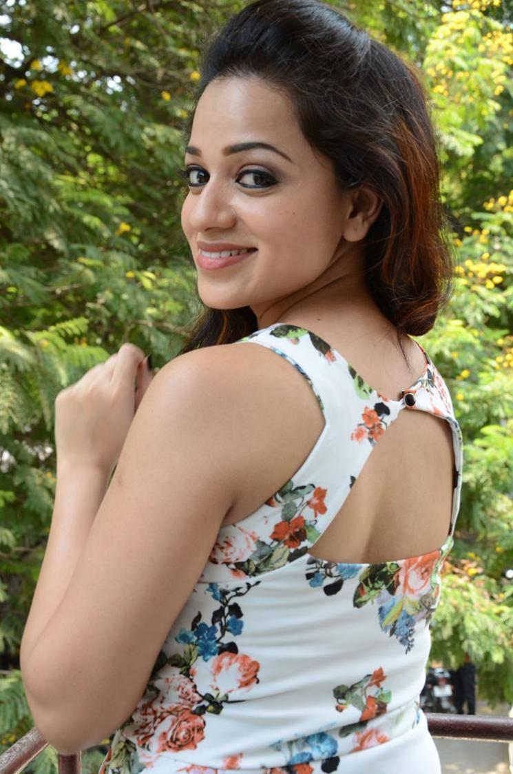 Reshma Rathore Latest Hot Cleveage White Sleveless Tops -2801