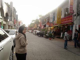 "<a href=""url gambar""><img alt=""traveling jalan little india penang malaysia"" src=""urlgambar"" title=""travelling jalan little india penang malaysia"" />"