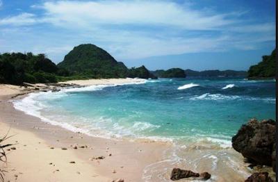 Saat liburan binggung mau cari liburan ke pantai mana Pantai Goa China - pantai yang sangat populer dengan keindahannya di Malang selatan