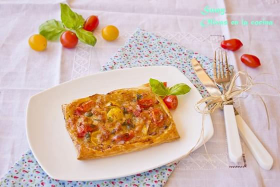Hojaldres con cebolla confitada, mozzarela, bacon y tomate cherry