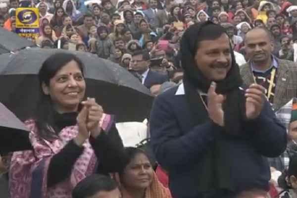 पढ़ें: केजरीवाल और उनकी पत्नी किसलिए खुश दिख रहे हैं