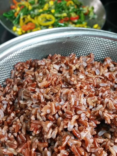 El mejor arroz rojo con guindillas frescas fritas