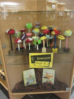 utställning av svampar gjorda av åk 3 på slöjden