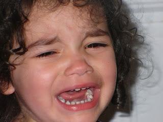 criança chorando pela perda de um animal de estimação