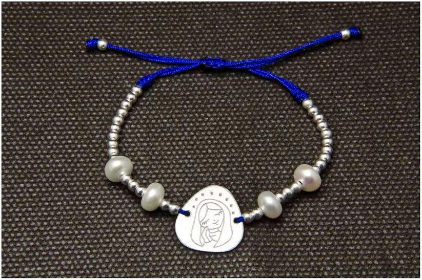 Pulsera medalla Virgen de plata y perlas, regalo comuniones, Joyería artesanal personalizada, Taller de Petunia, bsilustracion