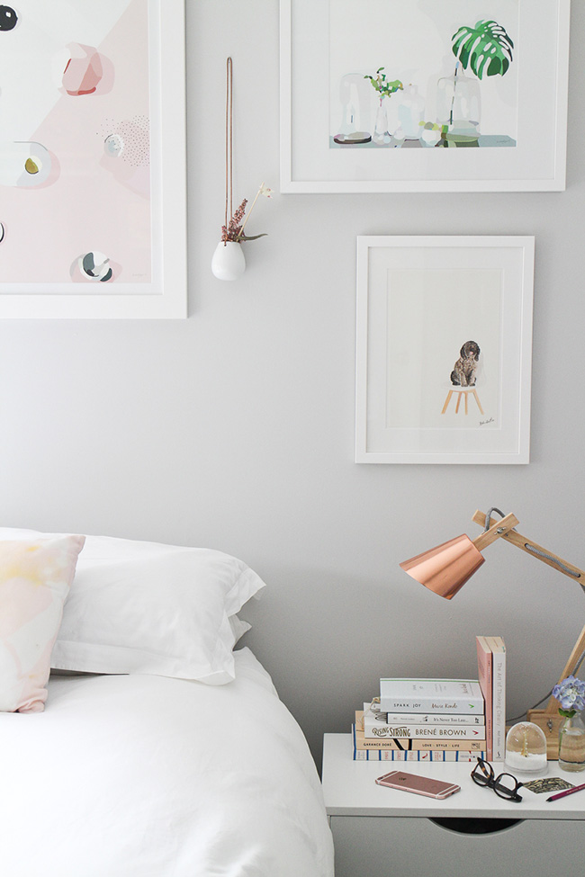 Una habitación femenina con vestidor low cost
