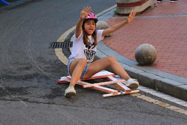 Una de las participantes en la bajada de goitiberas