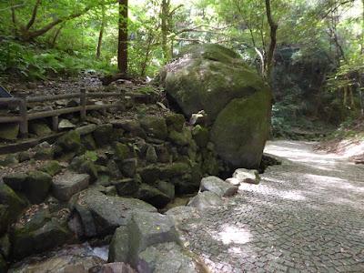 源氏の滝(交野市) 巨大な岩