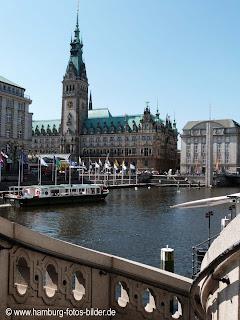 Blick von den Alsterarkaden zum Rathaus in Hamburg