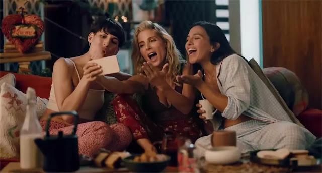 Elsa Pataky y sus amigos enviando un beso por videoconferencia