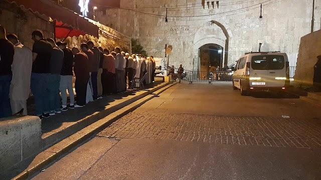 #صورة .. المقدسيون يؤدون صلاة الفجر قبل قليل حول القدس المغلق