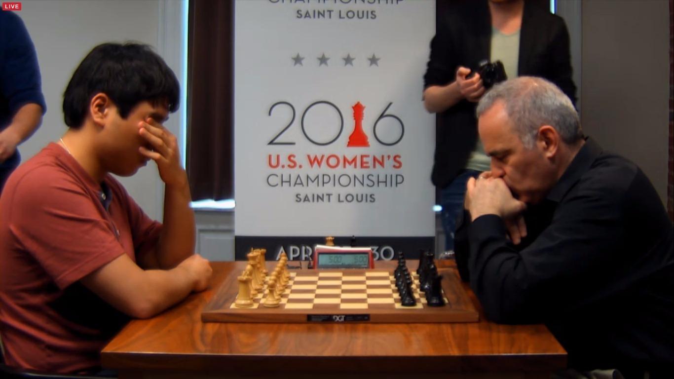 Ces deux joueurs ne jouent pas simplement aux échecs. Ils célèbrent un culte. Petite prière avant le combat!