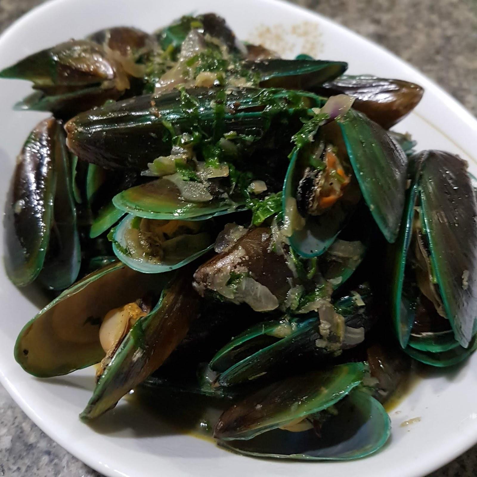 Recipe Tahong Na May Bawang Luya At Dahon Ng Sili Mussels Cooked With Garlic Ginger And Chili Pepper Leaves It S All About Food