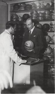 Sindelar in un negozio sportivo con in mano il pallone che portava il suo nome