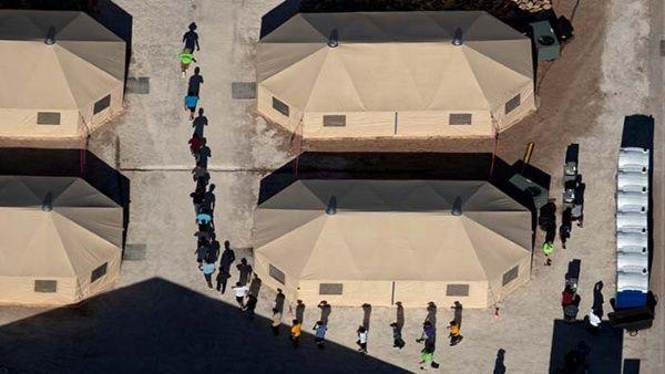Envían a cientos de niños migrantes a carpas en Texas, EE.UU.