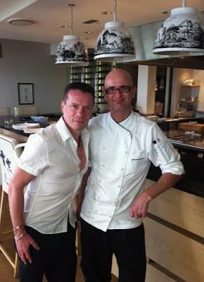 Larry Mullen en el restaurante Pierneef a La Motte con su cocinero jefe Chris Erasmus