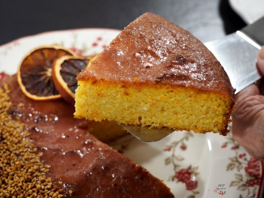 Tarta de naranja, polenta y almendras, aceite de oliva y endulzada con miel. Sin gluten y sin lácteos.