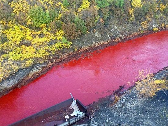 Rio Daldykan na Rússia ficou vermelho