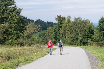 Przełęcz Rędzińska - krzyż milenijny i ślady przeszłości