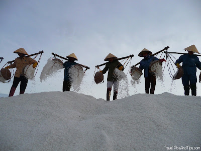 Travailleur des champs de sel à Nha Trang au Vietnam