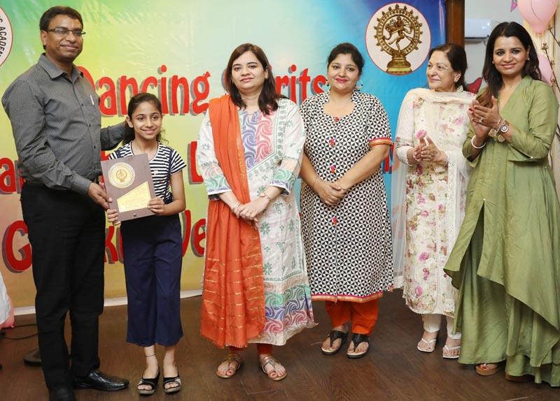 डिप्टी कमिश्नर लुधियाना प्रदीप कुमार अग्रवाल और उनकी धर्मपत्नी संयोगिता अग्रवाल सरोज खान डांस अकादमी में बच्चों को पुरस्कार देते हुए